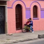 Uno tiene una camisa de millonarios, el otro una camisa roja, quién enseña a quién a usar la bicicleta...