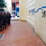 Los que marchan por la calle son empleados del que le dicen hijueputa en la pared.