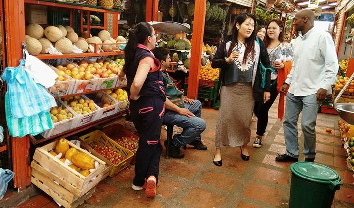 #microvidas 247 de 365 El guía viene del pacífico y en su poco inglés les muestra y comparte el mercado a las japonesas.Los vendedores escuchan asombrados esa mezcla de idiomas....