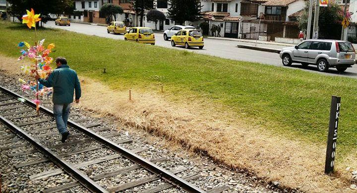 #Microvidas 221 de 365 El día se va acabando y el va de vuelta a casa con sus globos y regalos, la vía del tren es el camino...