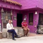 #microvidas 154 de 365   Su casa es morada. Hay muchas campanas. La vida en el pueblo va a otro ritmo (y color).